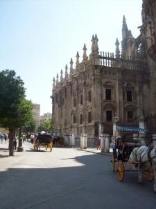 catedral plaza y carros caballos sevilla