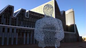 palacio-de-congresos y escultura letras